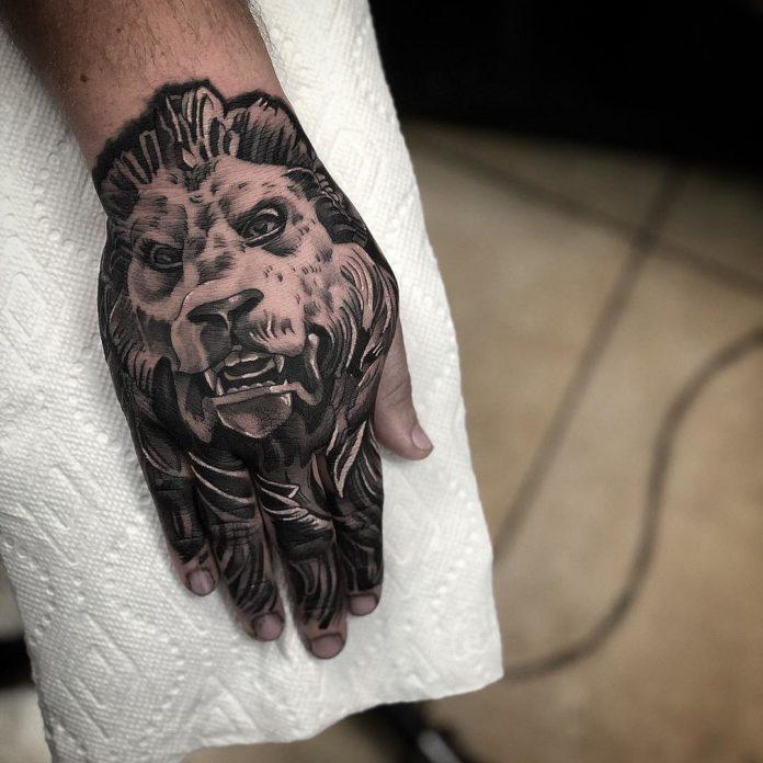 Tatouage d'une tête de lion