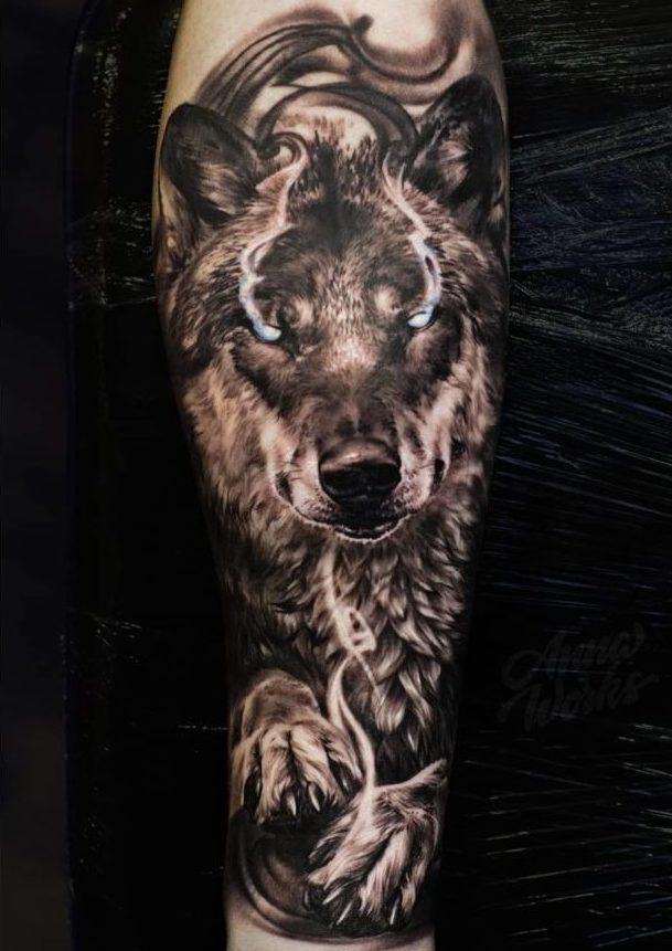 Tatouage de Loup aux yeux fumant sur avant bras