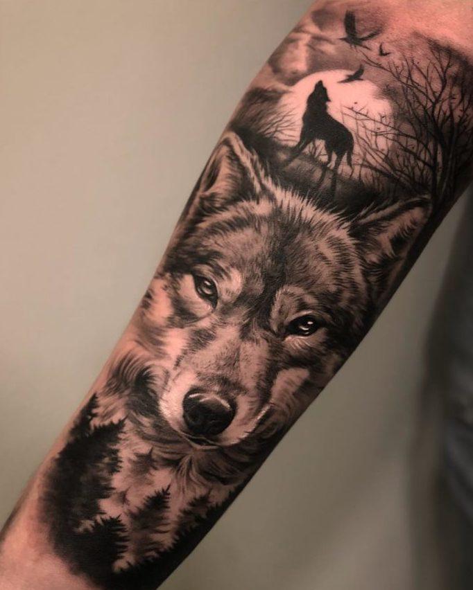 Tatouage de Loup + Loup hurlant en fond sur avant bras