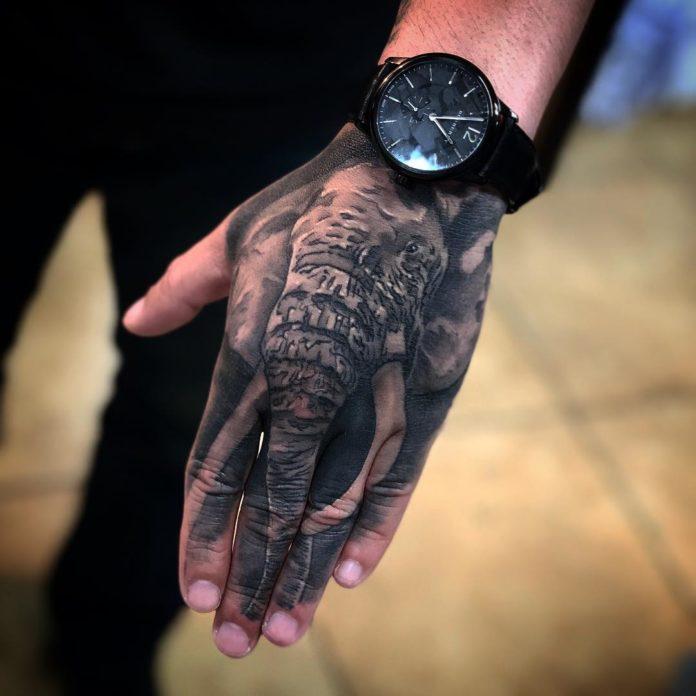 Tatouage d'un éléphant sur la main