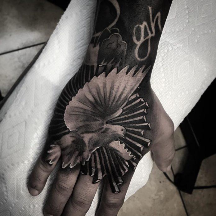 Tatouage d'une colombe envolée