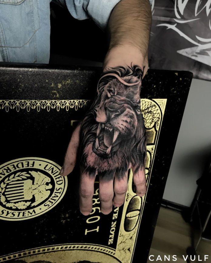 Tatouage d'une tête de lion rugissant