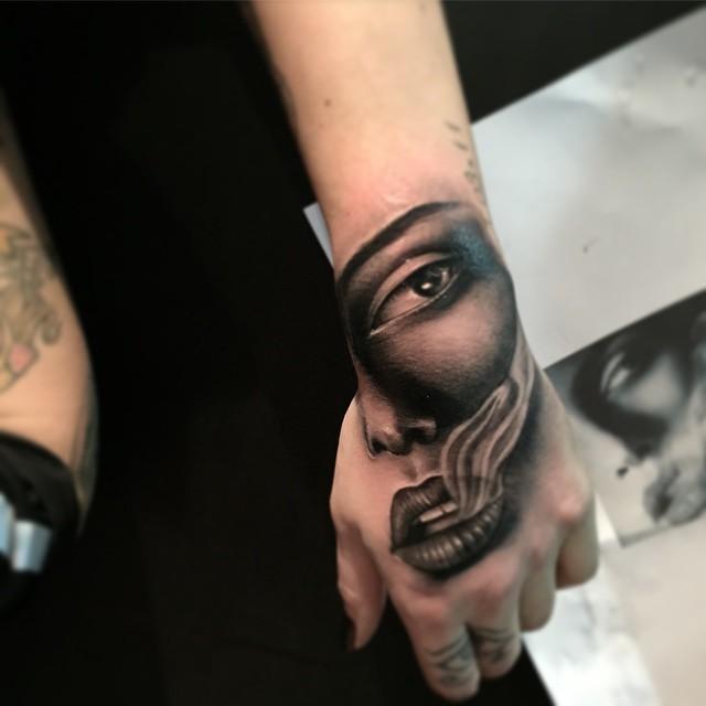 47 5 - 100 Impressionants Tatouages sur la Main pour Femme