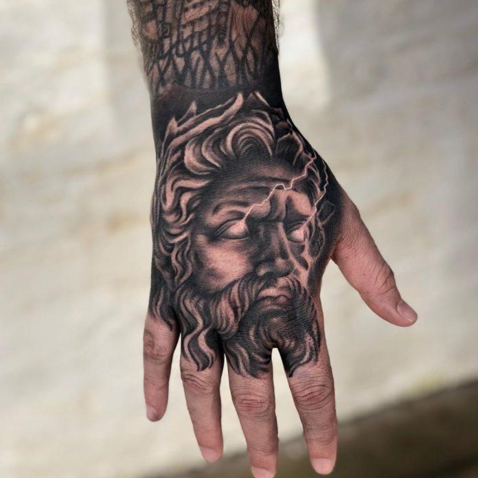 Tatouage du dieu Zeus avec un regard foudroyant