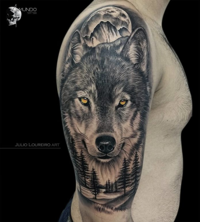 Tatouage de visage de tête de Loup en plein forêt sur l'épaule