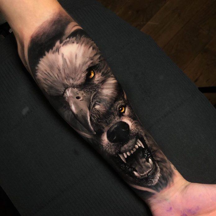 Tatouage d'un Loup enragé avec une tête d'aigle au dessus sur avant bras
