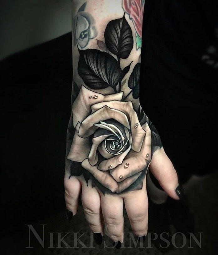 Tatouage d'une rose avec des gouttes d'eau