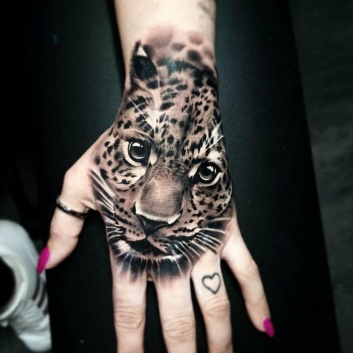 Tatouage très réaliste de tête de léopard