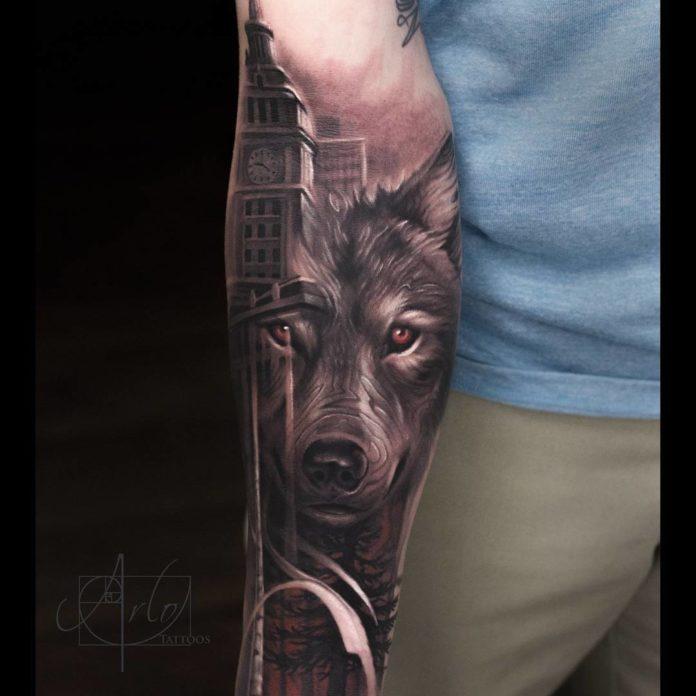Tatouage de tête de Loup avec la tour horloge du Palais de Westminster sur avant bras