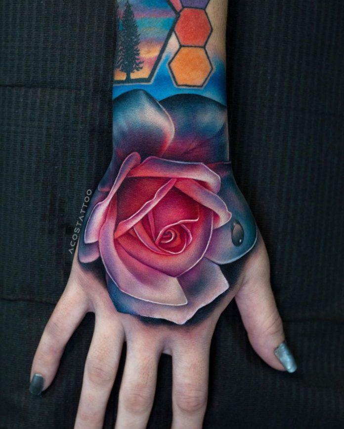 Tatouage d'une rose bien colorée