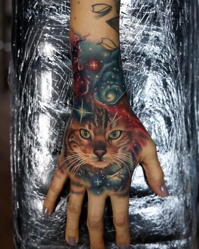 Tatouage de la tête de chat tigre dans l'espace