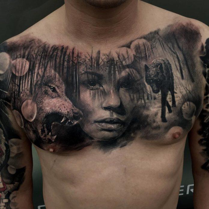 Tatouage de Loup au milieu de la forêt avec visage d'une femme sur le torse