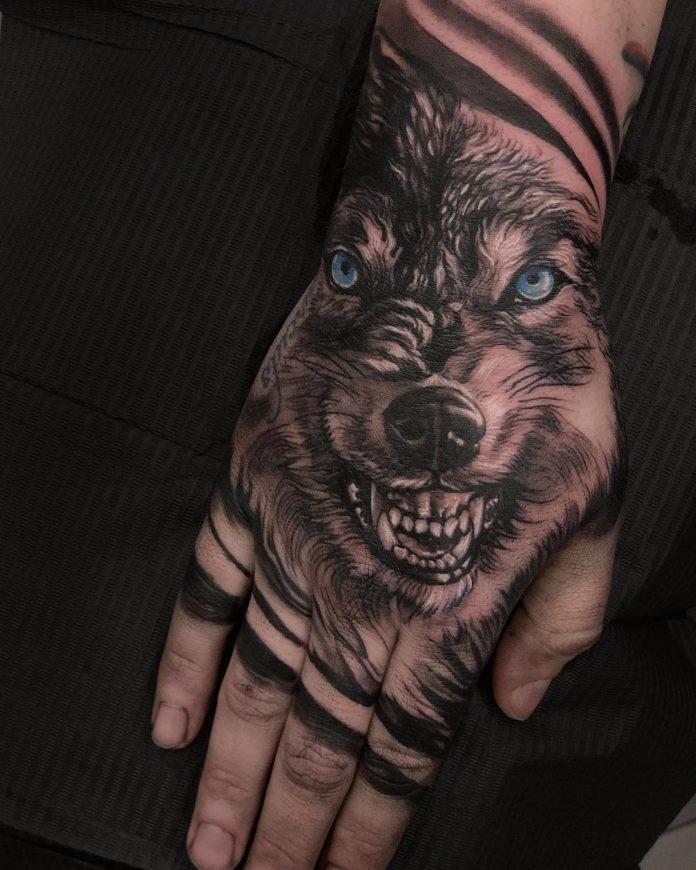 Tattoo tête de Loup rugissant sur la main