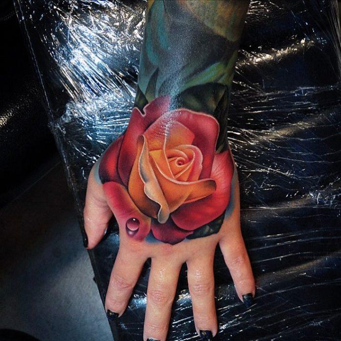 Tatouage d'une belle rose rouge avec une goutte d'eau réelle