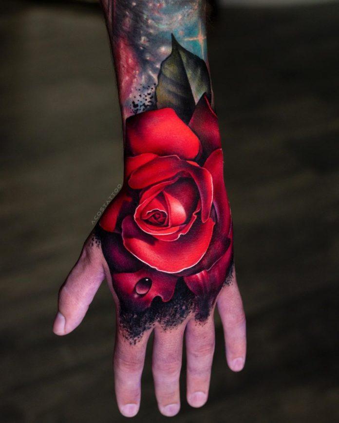 Tatouage d'une belle rose rouge réaliste avec une goutte d'eau