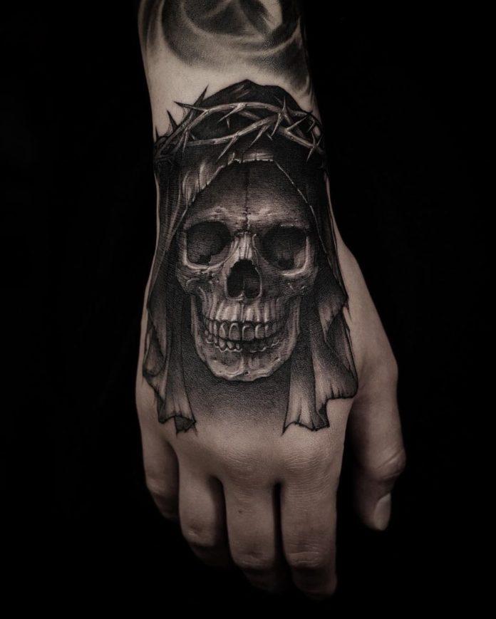 Tatouage sombre d'une tête de mort avec une voile et des épines