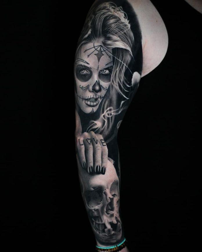 Tatouage d'une femme maquillée en mort tenant un crâne