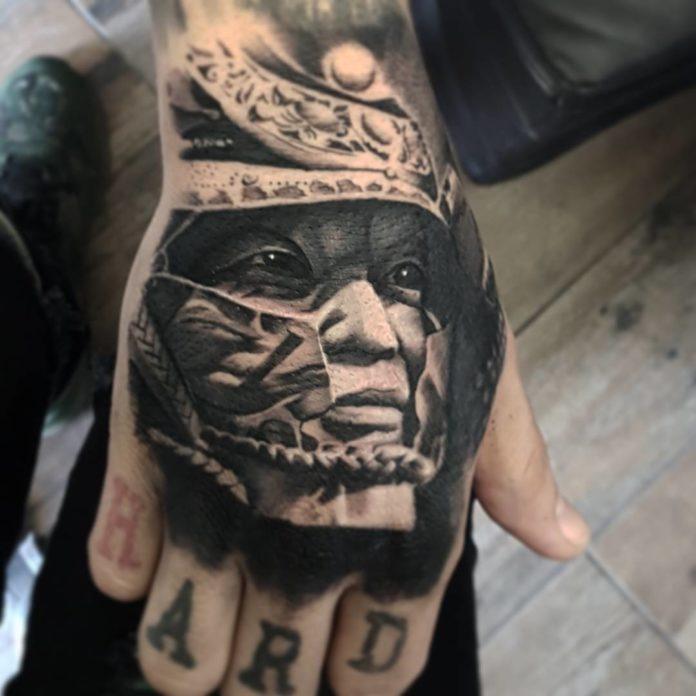 Tatouage de visage d'homme asiatique