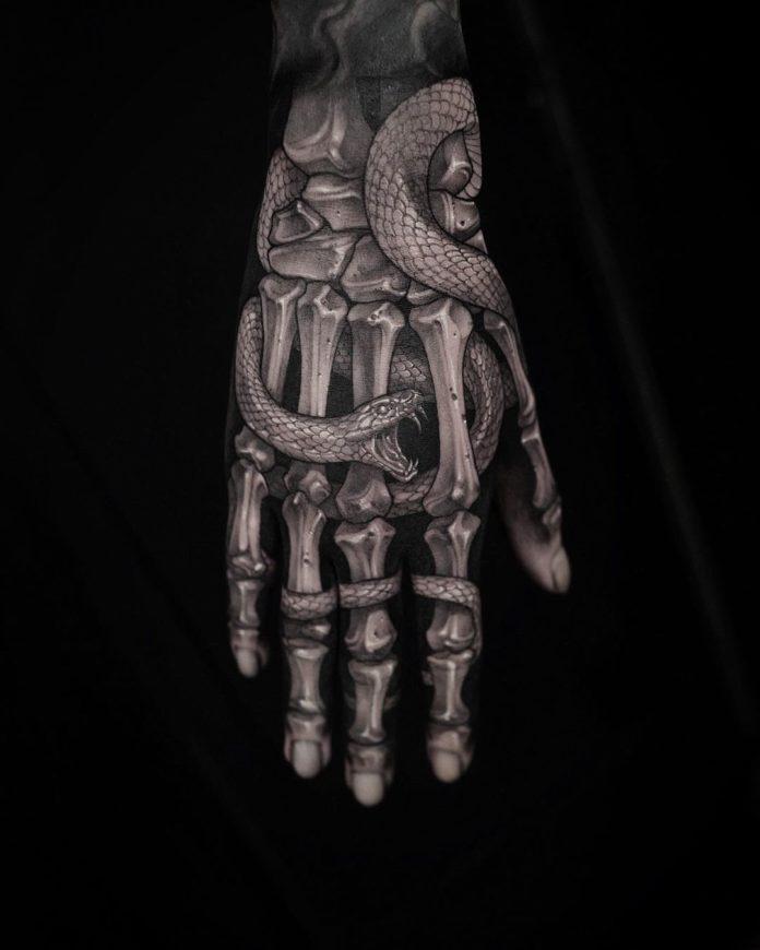 Tatouage en squelette de main avec un serpent