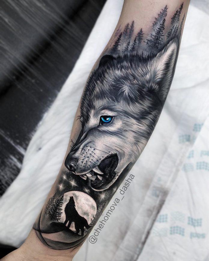 Tatouage de Loup montrant les crocs + Loup hurlant en fond de pleine lune sur avant bras