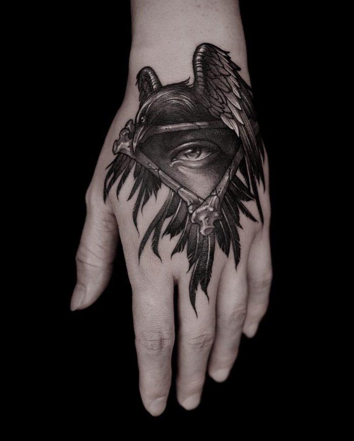 Tatouage d'un corbeau avec un œil de providence