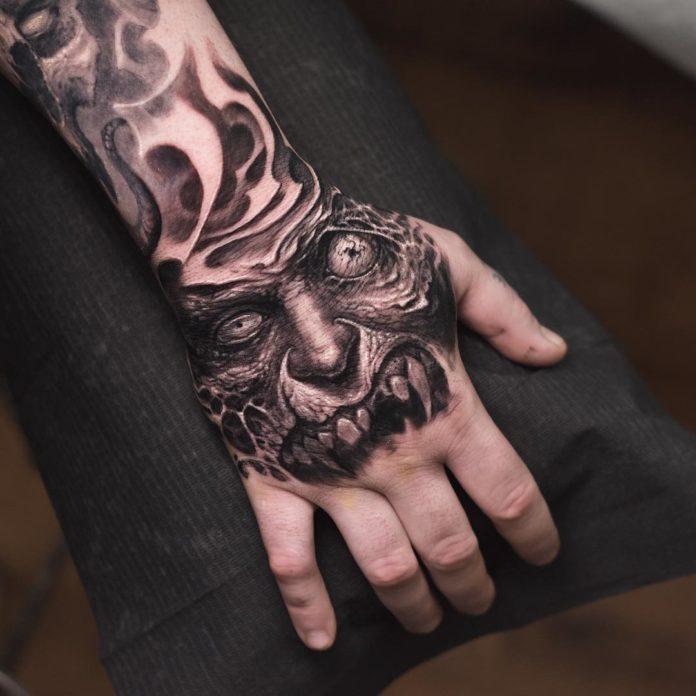 Tatouage d'un visage de monstre