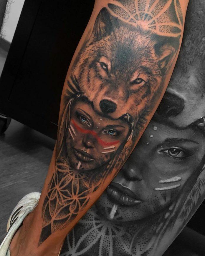 Tatouage de tête de Loup avec une femme amérindienne sue le mollet