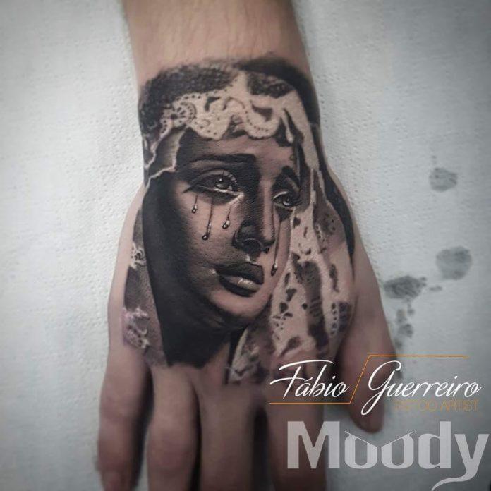 Tatouage d'une femme en larmes