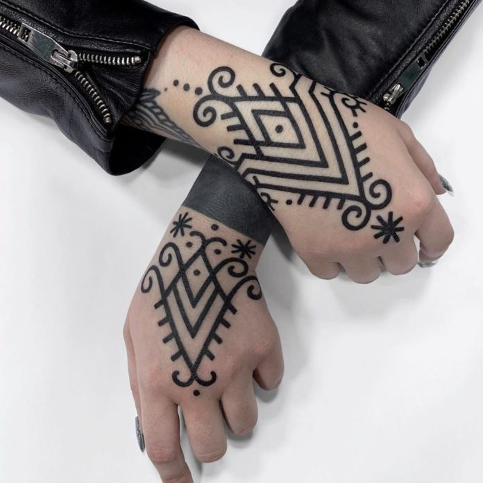 Tatouage ornemental minimaliste