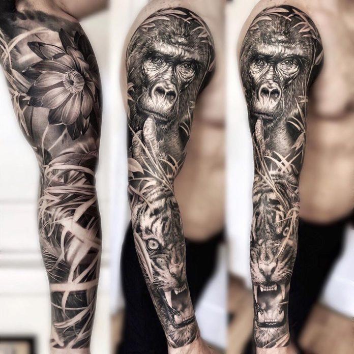 Tattoo de gorille et d'un tigre rugissant au milieu de la jungle