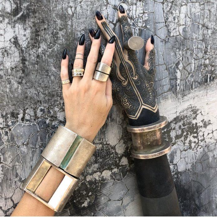 Tatouage complexe de mandala sur toute la main