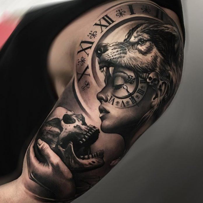 Composition de tatouage de tête de Loup avec une femme tenant un crâne sur l'épaule