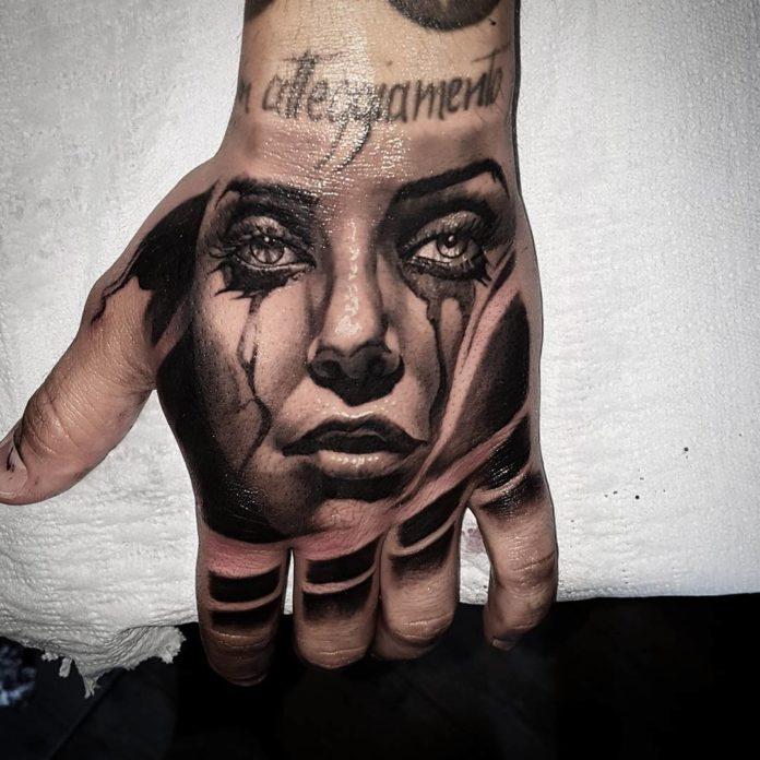 Tatouage de visage de femme en pleur