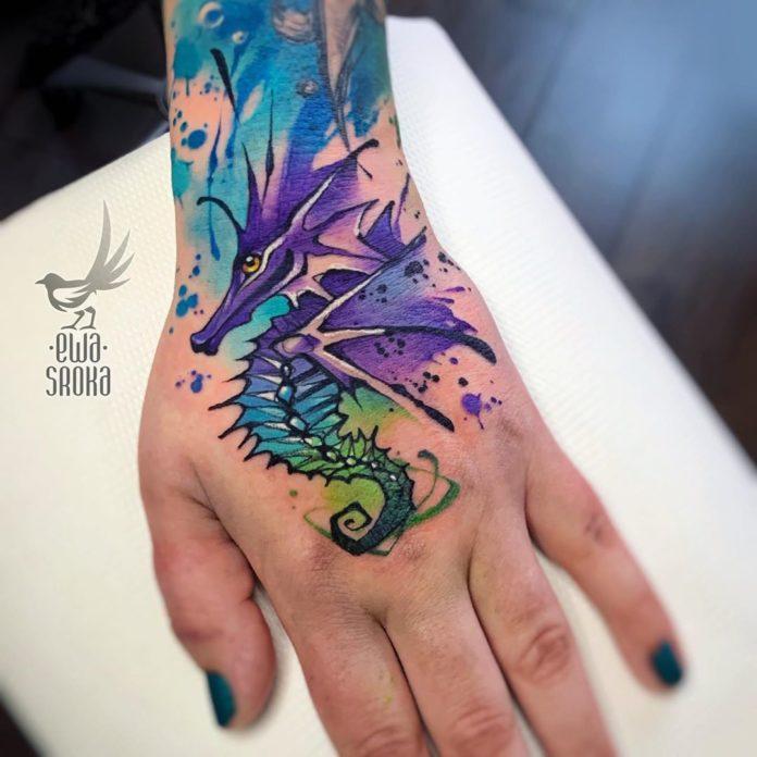 Tatouage en couleur d'un dragon des mers