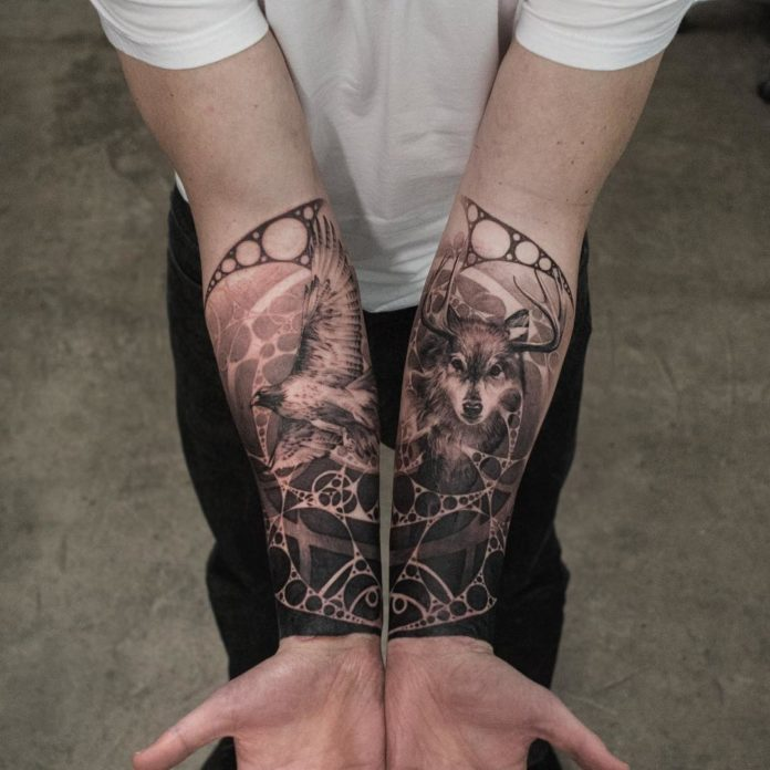 Composition de tatouage de Loup avec un oiseau sur avant bras