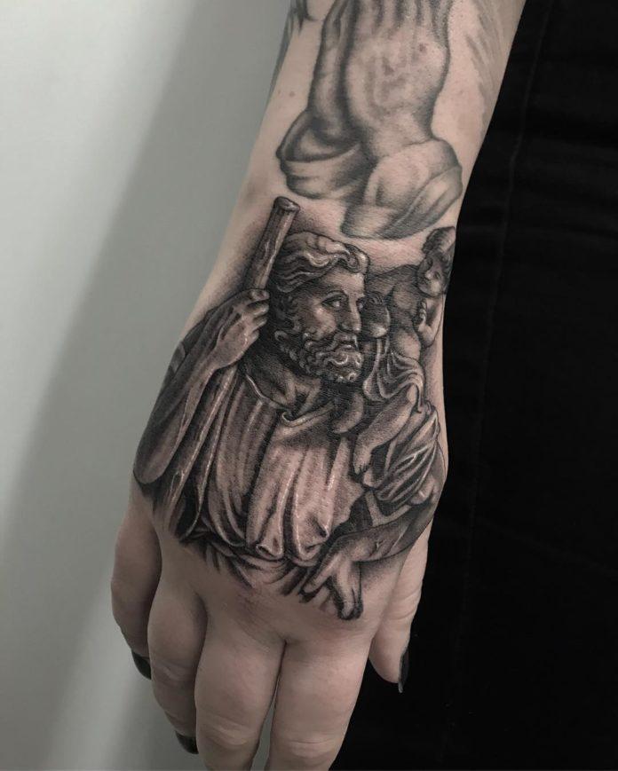 Tatouage de statue d'un homme portant son enfant