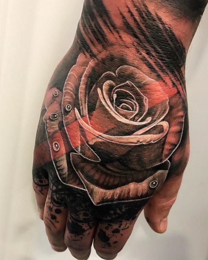 Tatouage en grande taille d'une rose avec des gouttes d'eau