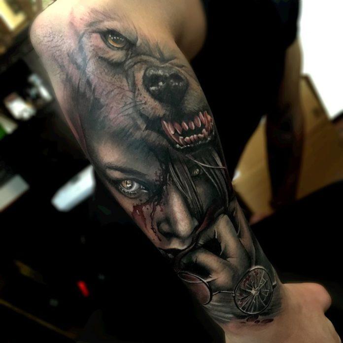 Tatouage du méchant Loup et dupetit chaperon rouge à l'arrière de l'avant-bras