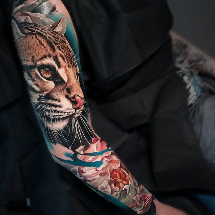 Tatouage réaliste d'un léopard + jolies fleurs