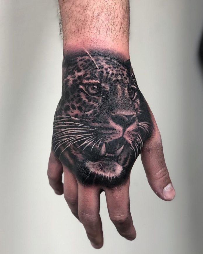 Tatouage de tête de léopard