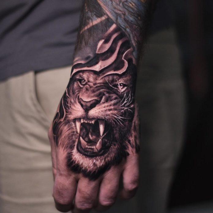 Tatouage de tête de lion rugissant