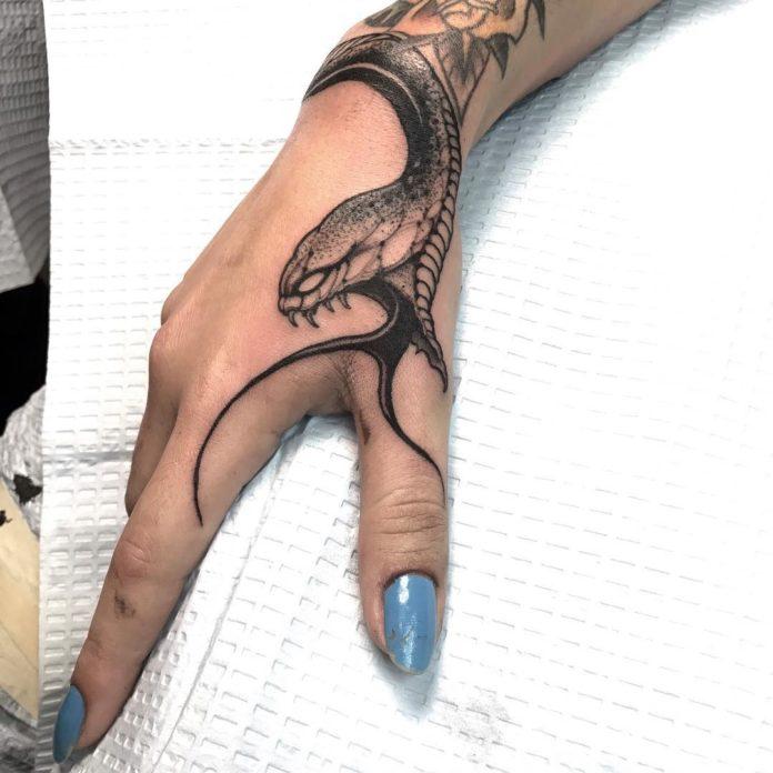 Tatouage d'un serpent en train d'attaquer