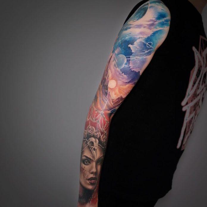 Bel assemblage tatouage de paysage de l'univers et de la terre + Visage d'une femme