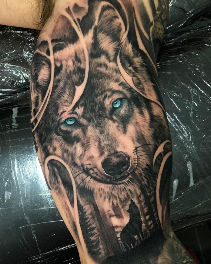 Tatouage d'un beau Loup aux yeux bleus sur le bras