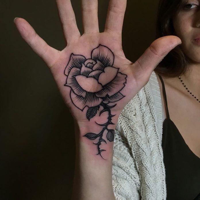 Tatouage d'une rose saur la paume de main