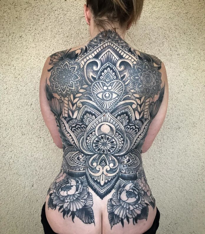 Tatouage gigantesque de style ornemental