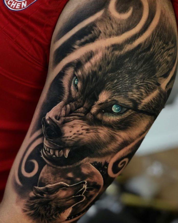 Tatouage de tête de Loup rugissant sur l'épaule en pleine lune