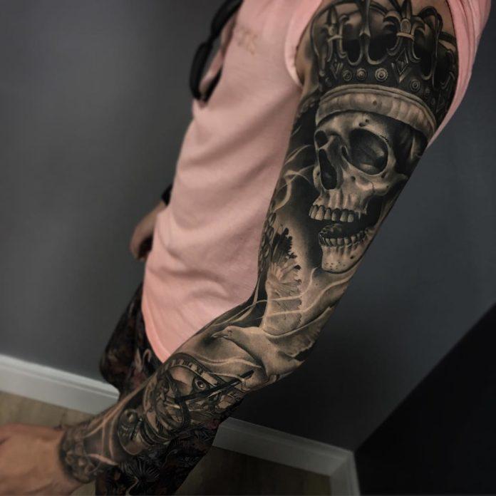 Tatouage d'un crâne avec couronne + Mouette envolée