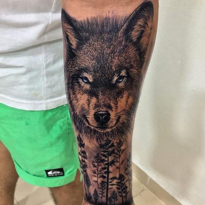 Tatouage de tête de Loup avec des arbres sur avant bras