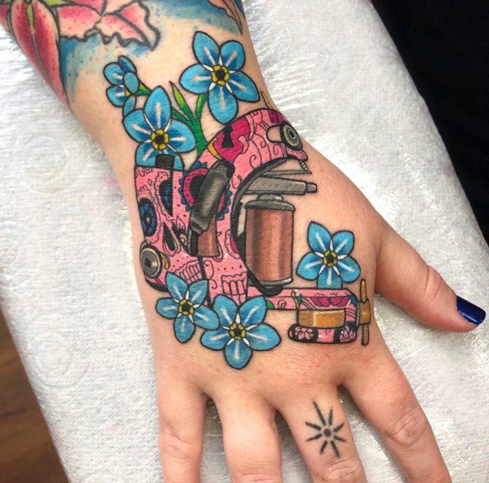 Tatouage d'une machine et des fleurs bleus